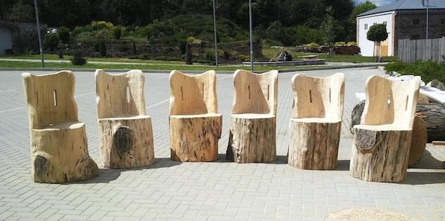 sezení ze dřeva, křesla židle z kulatiny